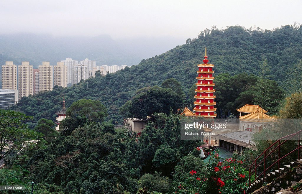 Ten Thousand Buddhas Monastery (which actually houses 12,800 Buddha statues) surrounded by parklands on the slopes leading down to the high-rises of the city in Sha Tin : Foto de stock