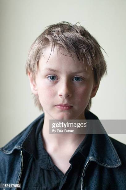 ten year old boy with blond hair and blue eyes - menino loiro olhos azuis imagens e fotografias de stock