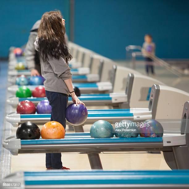 Tenager Mädchen spielen bowling