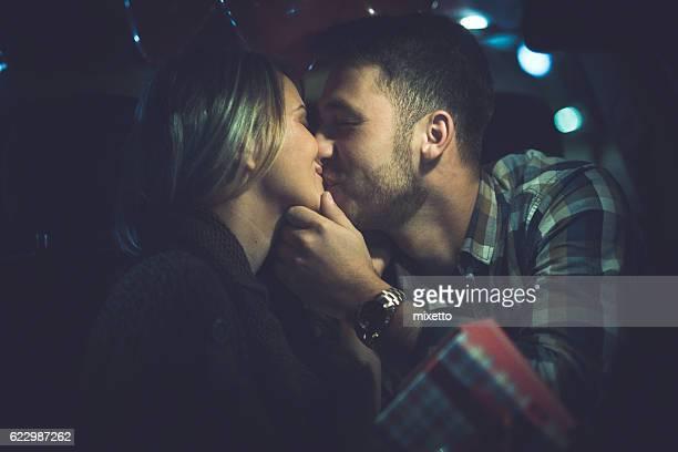 tendre baiser - homme bisous femme photos et images de collection
