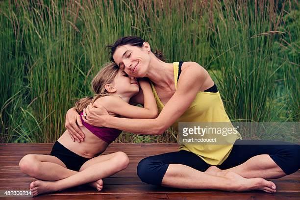 """tierno momento entre la madre e hija haciendo yoga en la naturaleza. - """"martine doucet"""" or martinedoucet fotografías e imágenes de stock"""