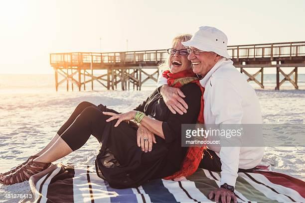 """tierno momento para pareja senior en la playa al atardecer. - """"martine doucet"""" or martinedoucet fotografías e imágenes de stock"""