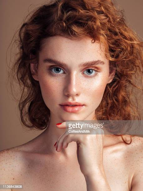 tender portrait of a beautiful girl - beleza natural imagens e fotografias de stock