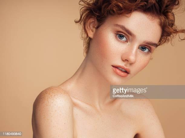 zartes porträt eines mädchens - schönheit stock-fotos und bilder