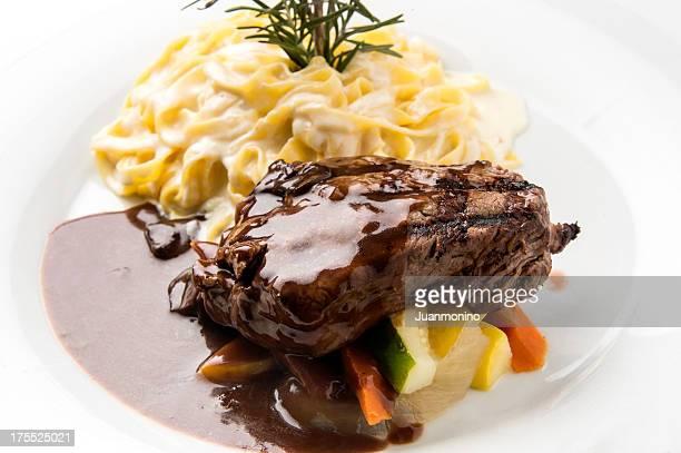 テンダーロインのフィレ肉にソース&レッドワイン付きのパスタ低減 - コース料理 ストックフォトと画像