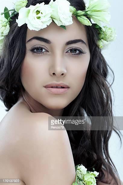 Zärtlichkeit. Schöne Frau mit Blumen.