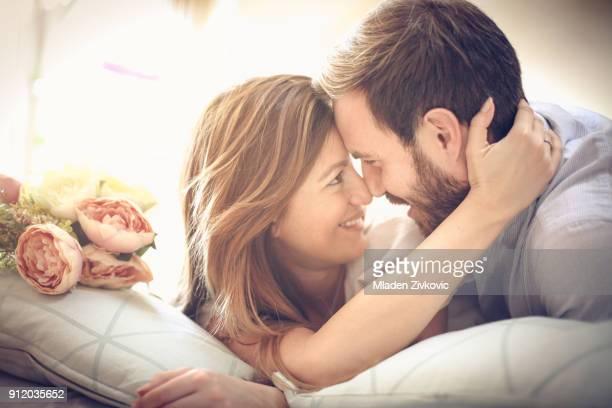 ベッドでの入札。 - 妻 ストックフォトと画像