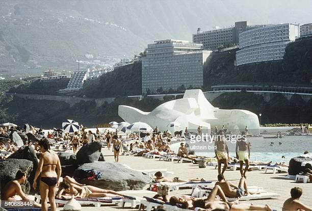 Teneriffa Kanarische Inseln Spanien Touristen beim Baden in dem von dem spanischen Architekten Cesar Manrique geschaffenen Freibad San Telmo Hotels...