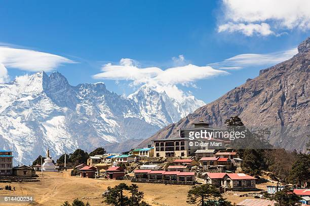 tengboche monastery in the khumbu region of nepal. - klooster stockfoto's en -beelden