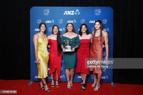 Tenika Willison Rhiarna Ferris Tyla Nathan Wong Niall Williams and Shiray Kaka of the Black Ferns Sevens pose with the Lonsdale Cup during the 2018...