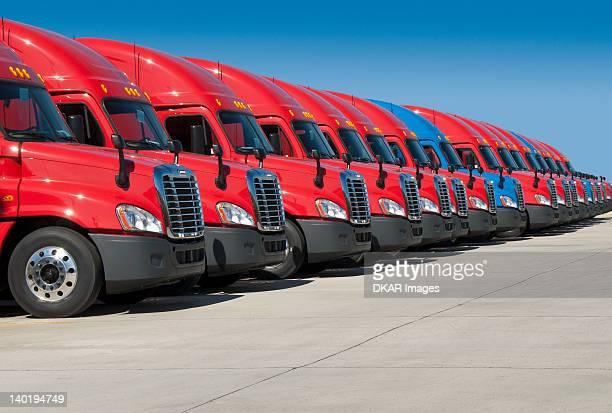 usa, tennessee, jackson, new semi trucks - transporte assunto imagens e fotografias de stock
