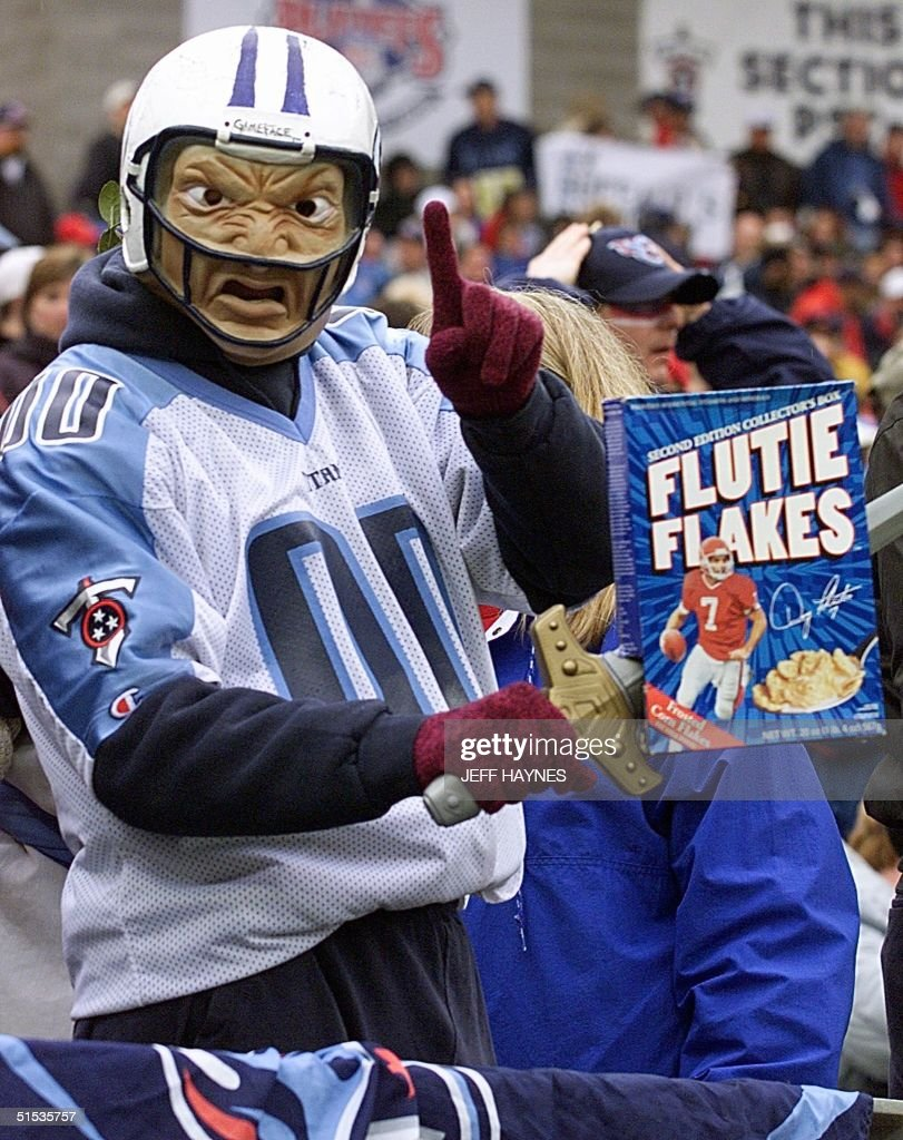 Tennessee Titans fans Don Bernitt holds a box of F : Foto jornalística