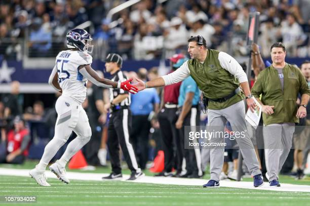 Tennessee Titans head coach Mike Vrabel shakes hands with inside linebacker Jayon Brown during the game between the Tennessee Titans and Dallas...