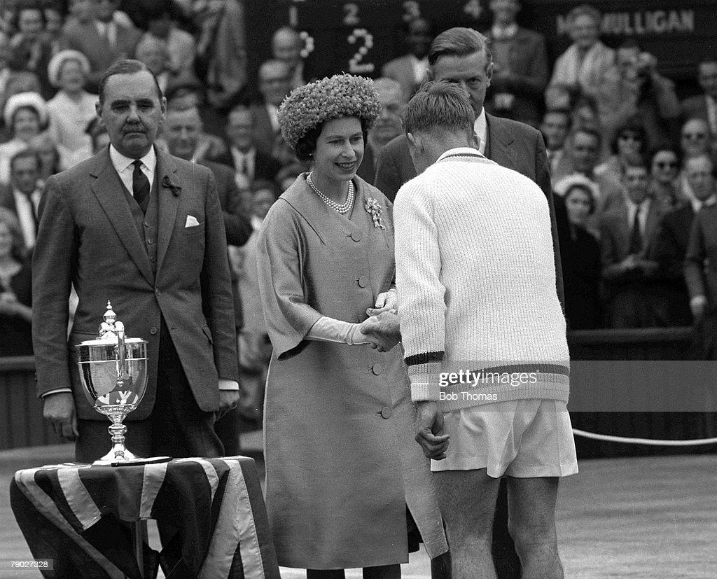 Tennis. 1962 Wimbledon All England Tennis Championships. Men+s Singles. Australia's Rod Laver is congratulated by HRH Queen Elizabeth II before the presentation of the trophy, following his victory over Martin Mulligan. : Fotografía de noticias