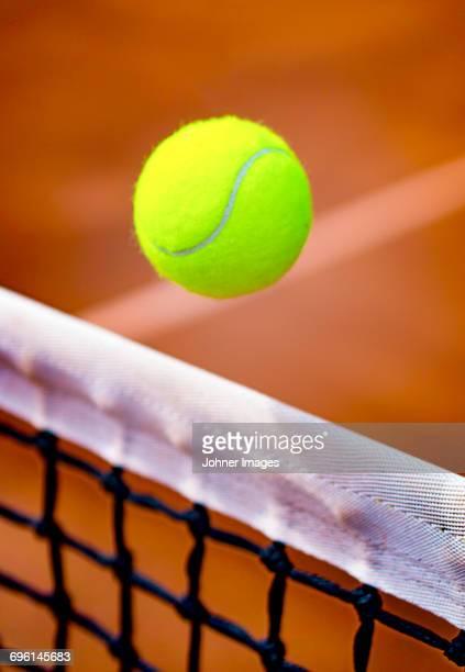 tennis ball above net - tenis fotografías e imágenes de stock