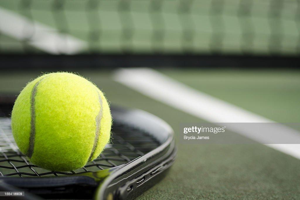 Balle de Tennis et de la raquette sur le Court Horizontal : Photo