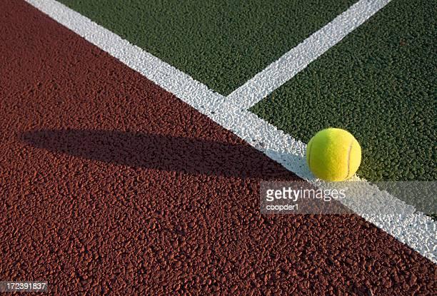 Pelotas de tenis en la cancha