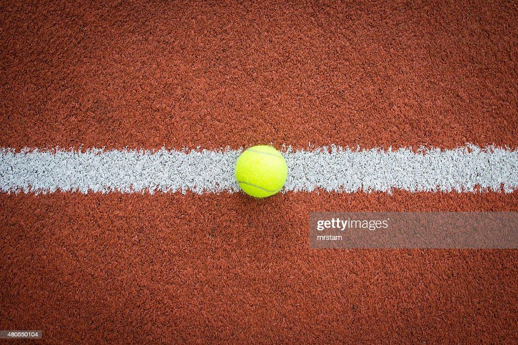 Bola de ténis na linha do Tribunal : Foto de stock