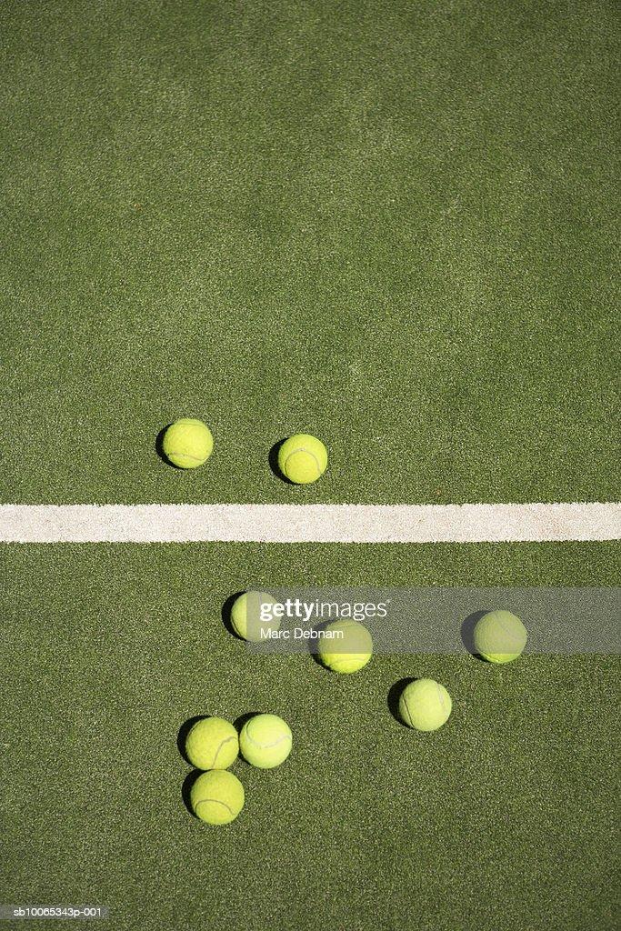 Tennis balls on court : Foto stock