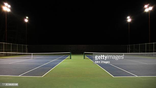tennis court at night - tenis fotografías e imágenes de stock