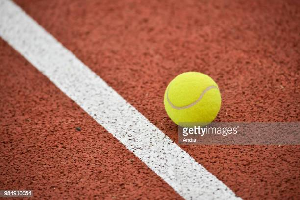Yellow ball and white line on an ochre background, similar to clay.