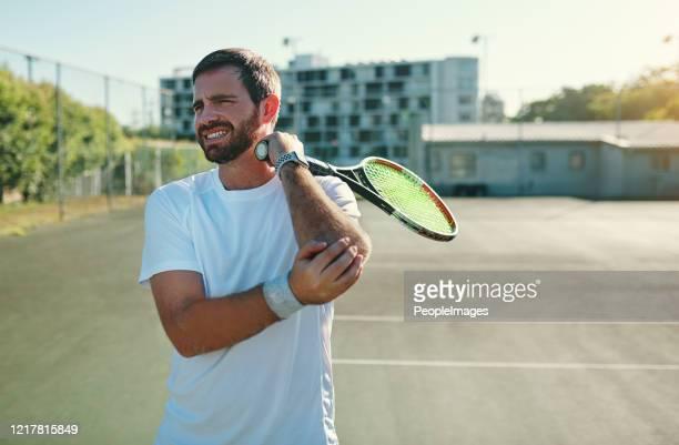 el codo de tenista puede ser causado por movimientos repetitivos de muñeca y brazo - lesión física fotografías e imágenes de stock