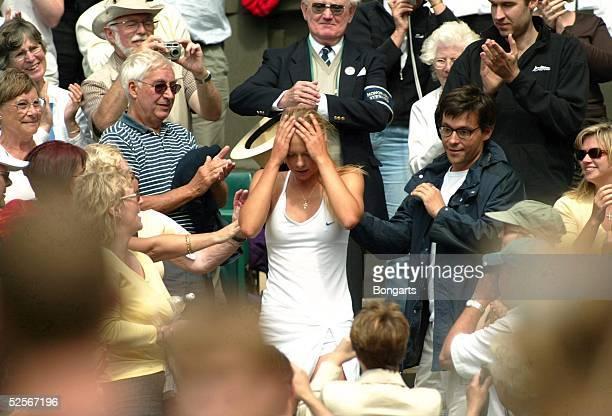 Tennis / Frauen: Wimbledon 2004, London; Finale; Jubel Maria SHARAPOVA / RUS zwischen den Zuschauern nach ihrem Sieg gegen Serena WILLIAMS / USA...