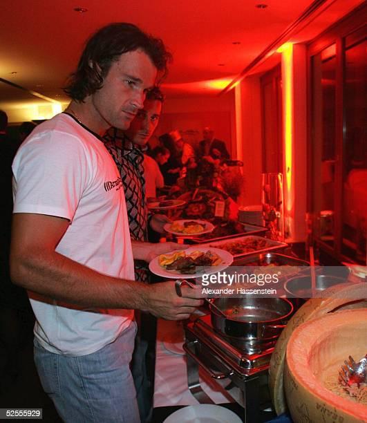 Tennis / Maenner Masters 2004 Hamburg Players Night Carlos MOYA / ESP am Buffet 120504
