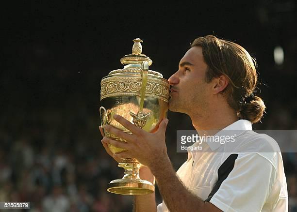 Tennis / Maenner Wimbledon 2004 London Finale Sieger Roger FEDERER / SUI 040704