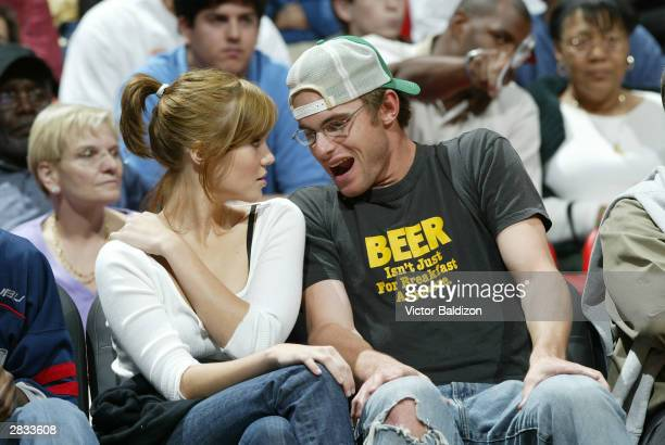 Tennis player Andy Roddick and singer Mandy Moore watch the New York Knicks take on the Miami Heat on December 27 2003 at American Airlines Arena in...