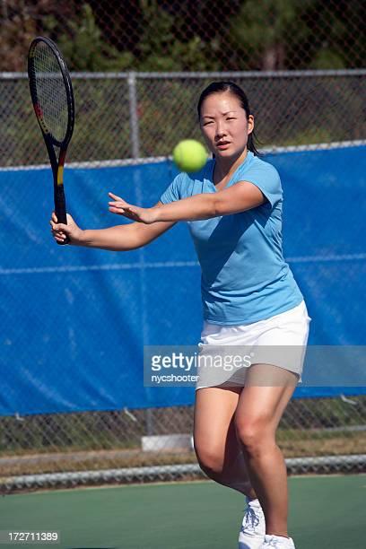 Tennis Spieler schlagen Vorhand