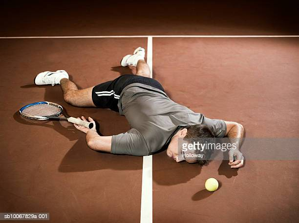 tennis player lying unconscious on court - ノックアウト ストックフォトと画像