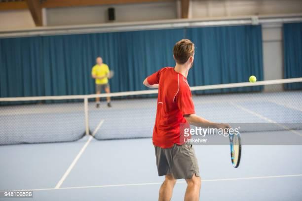 テニス プレーヤーに一致 - サーブを打つ ストックフォトと画像