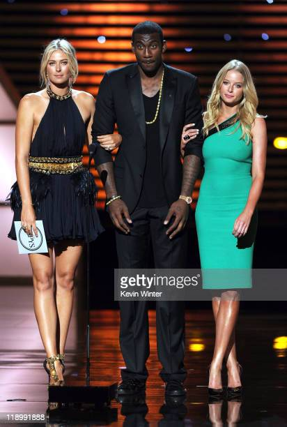 Tennis player Maria Sharapova NBA player Amar'e Stoudemire and actress Rachel Nichols present the ESPY for Best Upset during The 2011 ESPY Awards at...