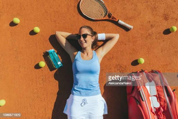 tenista relaxante após a partida - óculos escuros acessório ocular - fotografias e filmes do acervo