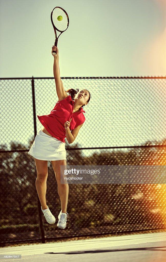 Jugador de tenis sirve : Foto de stock