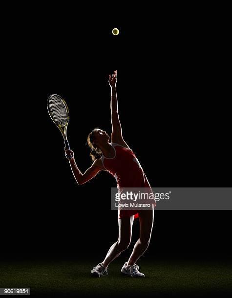 tennis player serving the ball - saque deporte fotografías e imágenes de stock
