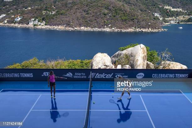 TOPSHOT US tennis player Sloane Stephens and German tennis player Alexander Zverev play an exhibition match before the start of the Mexico ATP 500...