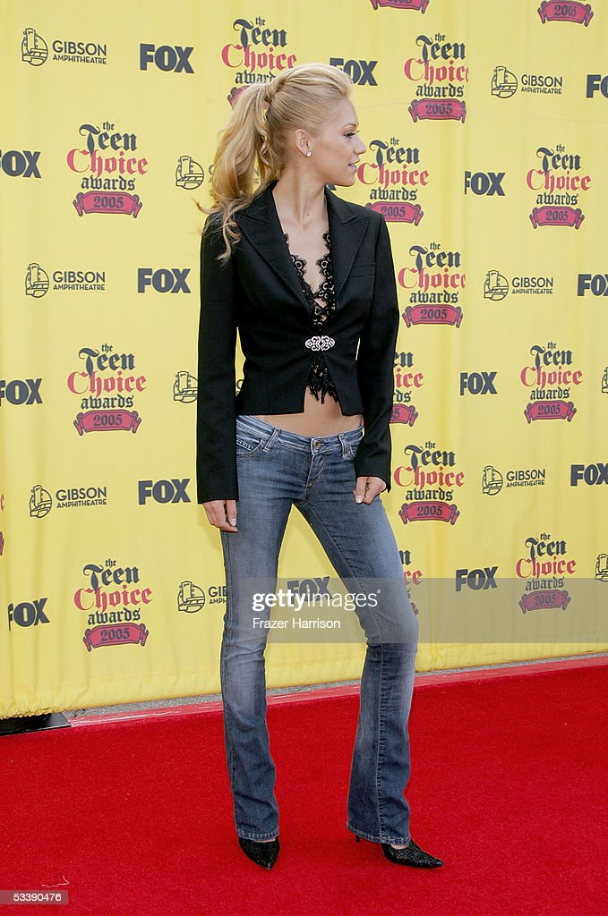 Tennis pro Anna Kournikova arrives at the 2005 Teen Choice Awards held at Gibson Amphitheatre at Universal CityWalk on August 14, 2005 in Universal City, California.