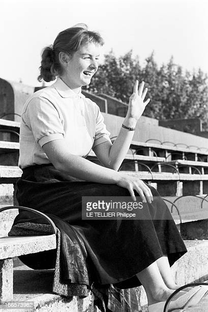 Tennis Roland Garros France mai 1956 des joueurs de tennis s'affrontent sur la terre battue de Roland GARROS lors du tournoi Portrait d'une jeune...
