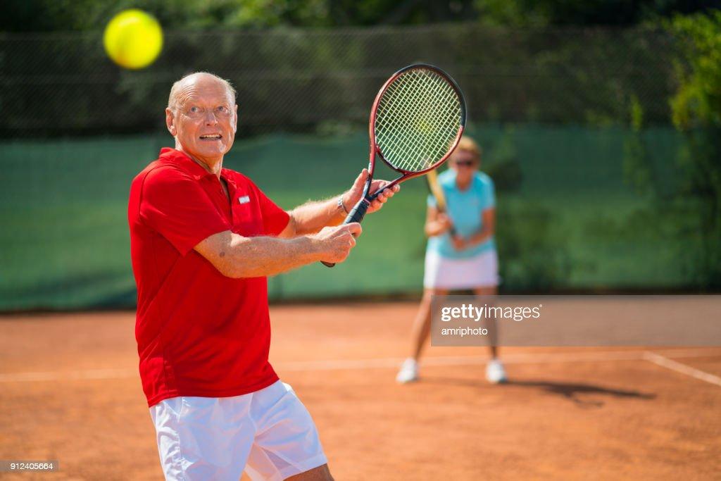 Tennis Senior Tennisspieler Mit Schwerpunkt Auf Tennisball