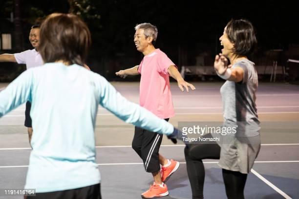 tennis team doing gymnastics in a circle - real body fotografías e imágenes de stock