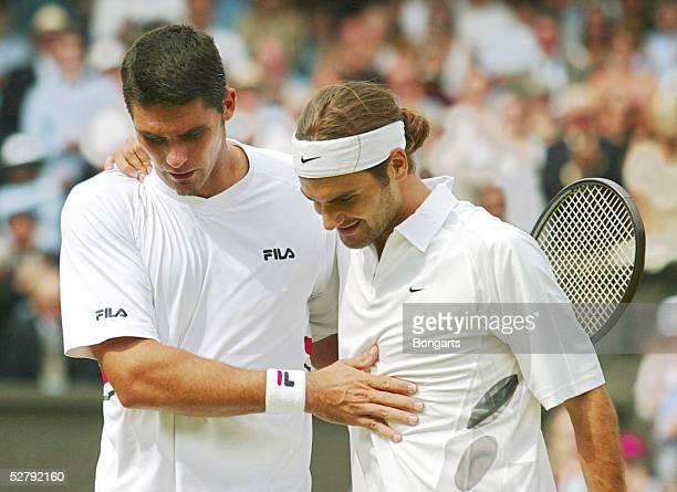 Tennis Wimbledon 2003 London 060703 Maenner/Einzel/Finale Der unterlegene Mark PHILIPPOUSIS/AUS gratuliert dem Wimbledon Sieger Roger FEDERER/SUI