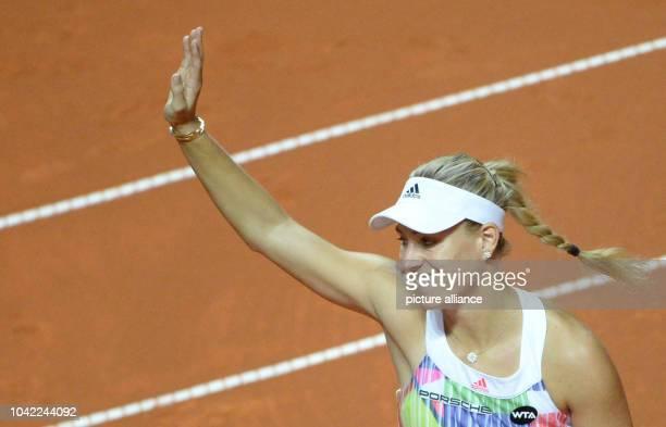 Turnier, Viertelfinale am in Stuttgart . Angelique Kerber aus Deutschland bedankt sich nach ihrem Sieg gegen Suarez Navarro aus Spanien beim...