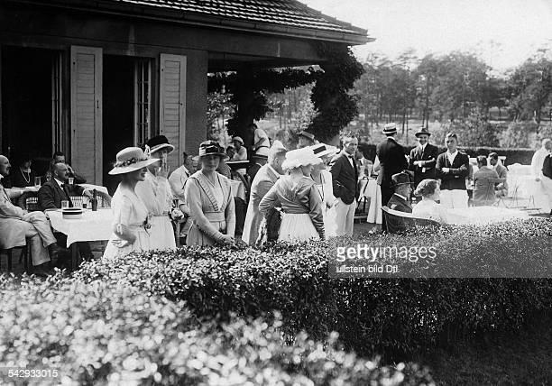 Tennisturnier in Berlin - Grunewald: Zuschauer auf der Terasse im Lawn-Tennis-Turnier-Klub- undatiertveröffentlicht: Dame 20/1919 Foto: Hünich, Conrad