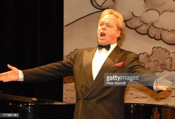 Tenor Heiko Reissig Auftritt zur Geburtstagsfeier zum 105 Geburtstag von J o h a n n e s H e e s t e r s nach Operette Im Weissen Rössl Theater...
