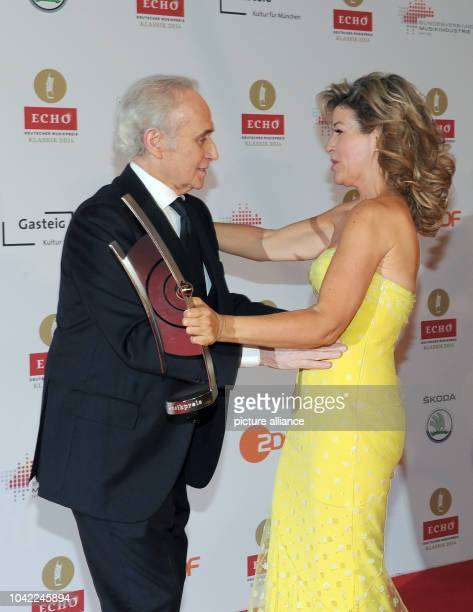 Tenor Jose Carreras congratulates violinist AnneSophie Mutter for her Echo Klassik for the category Best Concert Recording of the Year at the 'Echo...