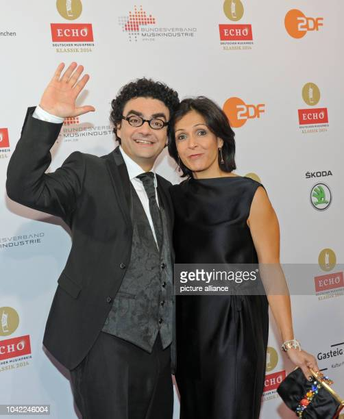 Tenor Rolando Villazon and his wife Lucia arrive to the Echo Klassik awards in Munich Germany 26 October 2014 Photo URSULA DUEREN/dpa | usage...