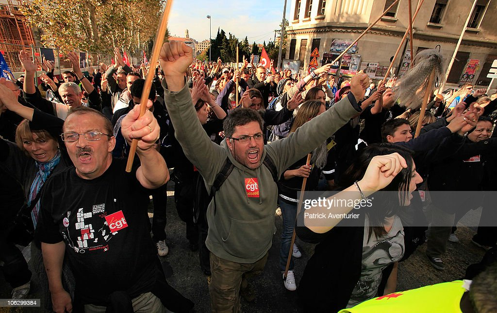 French Workers Participate in a Nationwide General Strike over Pension Reforms : Photo d'actualité