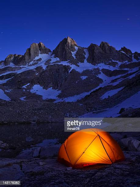 tent at night in the mountains - absentie stockfoto's en -beelden